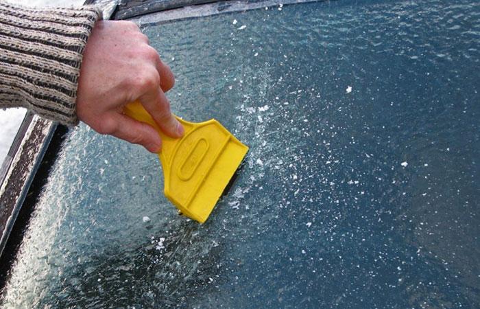 Чтобы извлечь снег из пространства между дверьми подойдет тонкий предмет из пластика.