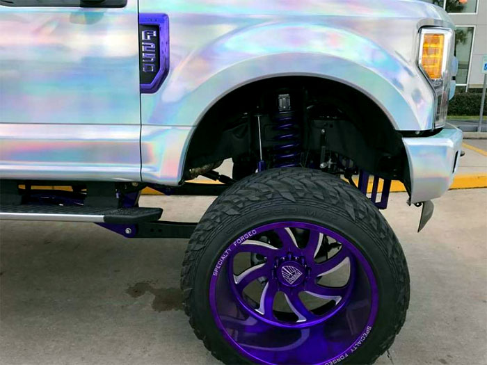Ford Super Duty с раскраской в виде бензиновой радуги выставлен на продажу