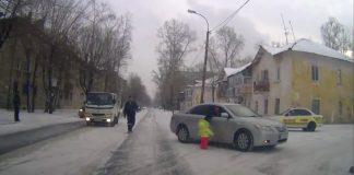 Мужик не испугался и по-отцовски спас жизнь ребенку на дороге