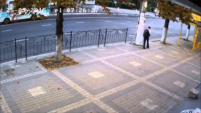 Камера наблюдения засняла, как Ангел-хранитель спас человека из под колес