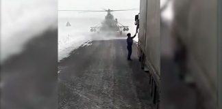 Вертолет сел на трассу в Казахстане, чтоб узнать дорогу