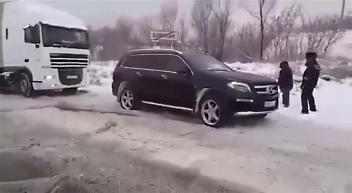 Как Mercedes-Benz GL сумел затащить фуру на обледеневший подъем