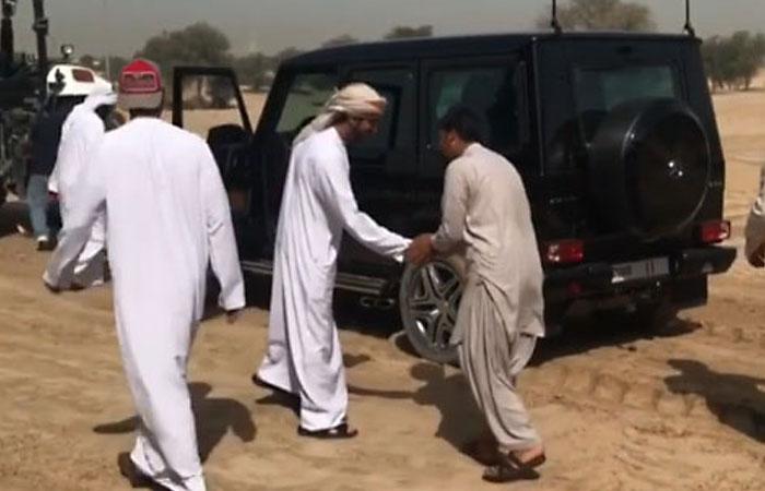 Принц Дубая на Gelandewagen помог вытащить застрявший в песках грузовик