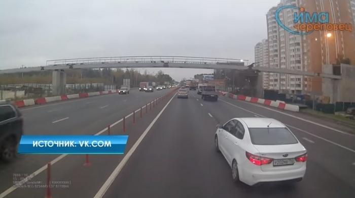 Видео: Как дальнобойщик из Череповца наказал столичного автохама