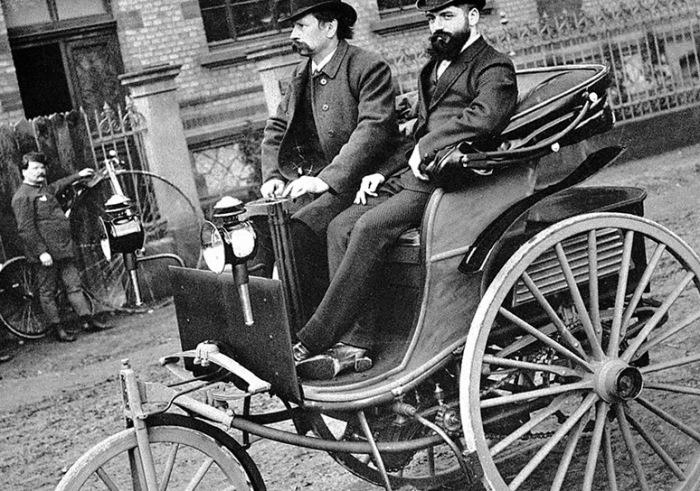 Ранние автомобили были похожи на карету без лошади.