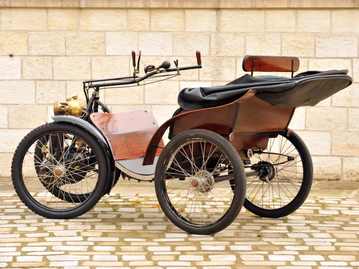 В автомобиле французской фирмы Sociеtе Parisienne передняя ось поворачивалась вместе с двигателем.