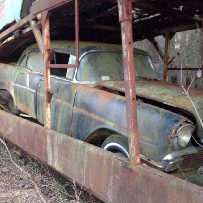 Найден пропавший автопоезд, который простоял 60 лет с ключами в замке