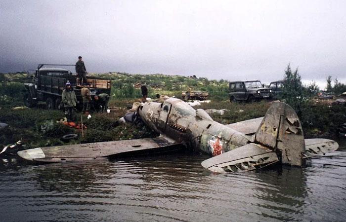 Рыбки поднимают советский самолет со дна озера.